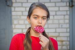 Muchacha hermosa con el Lollipop Fotografía de archivo libre de regalías