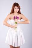 Muchacha hermosa con el manojo de flores de la primavera Imagen de archivo libre de regalías