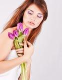 Muchacha hermosa con el manojo de flores de la primavera Fotos de archivo libres de regalías