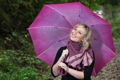 Muchacha hermosa con el paraguas imagenes de archivo