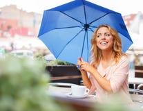 Muchacha hermosa con el paraguas azul Foto de archivo