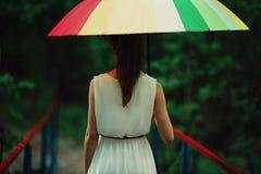 Muchacha hermosa con el paraguas colorido Fotografía de archivo