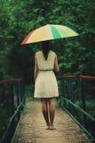 Muchacha hermosa con el paraguas colorido Imagenes de archivo