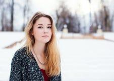 Muchacha hermosa con el pelo largo en el invierno Entonado en colores calientes Imagen de archivo