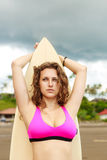 Muchacha hermosa con el pelo largo en la playa con la tabla hawaiana Fotografía de archivo