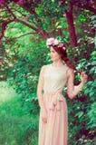 Muchacha hermosa con el pelo largo que lleva una guirnalda Foto de archivo