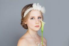 Muchacha hermosa con el pelo nupcial Fotografía de archivo libre de regalías