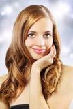 Muchacha hermosa con el pelo ondulado largo foto de archivo