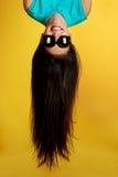 Muchacha hermosa con el pelo para arriba en el aire Imagenes de archivo