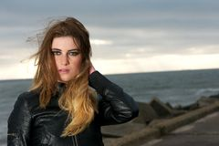 Muchacha hermosa con el pelo que sopla del viento al aire libre Foto de archivo