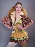 Muchacha hermosa con el pelo rizado en la ropa rusa Fotografía de archivo
