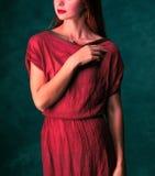 Muchacha hermosa con el pelo rojo en vestido largo Imagen de archivo libre de regalías