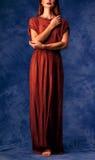 Muchacha hermosa con el pelo rojo en vestido largo Foto de archivo libre de regalías
