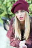 Muchacha hermosa con el pelo rubio largo y los ojos azules Fotos de archivo