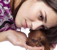 Muchacha hermosa con el perrito Fotos de archivo