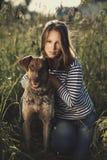 Muchacha hermosa con el perro Foto de archivo libre de regalías