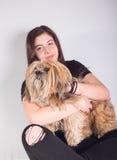 Muchacha hermosa con el perro Fotos de archivo libres de regalías