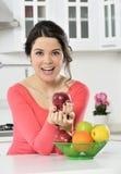 Muchacha hermosa con el plato de frutas foto de archivo libre de regalías