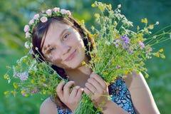 Muchacha hermosa con el ramo de flores Foto de archivo libre de regalías