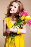 Muchacha hermosa con el ramo de tulipanes coloridos Imágenes de archivo libres de regalías