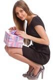 Muchacha hermosa con el rectángulo de regalo Imagenes de archivo