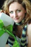 Muchacha hermosa con el regalo Fotos de archivo
