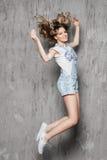 Muchacha hermosa con el salto del pelo rizado Imagen de archivo libre de regalías