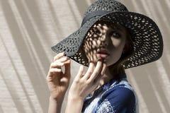 Muchacha hermosa con el sombrero imágenes de archivo libres de regalías