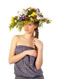 Muchacha hermosa con el sombrero de flores Imagen de archivo libre de regalías