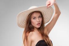 Muchacha hermosa con el sombrero que presenta en estudio Fotografía de archivo