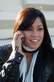 Muchacha hermosa con el teléfono celular al aire libre Imágenes de archivo libres de regalías