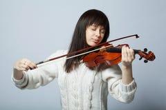 Muchacha hermosa con el tiro del estudio del violín Fotografía de archivo