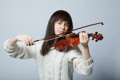 Muchacha hermosa con el tiro del estudio del violín Fotos de archivo