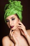 Muchacha hermosa con el turbante del verde de la moda en ella Imágenes de archivo libres de regalías