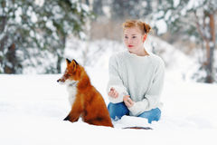 Muchacha hermosa con el zorro rojo en paseo Imagen de archivo libre de regalías