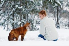 Muchacha hermosa con el zorro rojo en paseo Imagenes de archivo
