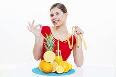 Muchacha hermosa con el zumo de fruta fresca Fotografía de archivo libre de regalías