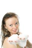 Muchacha hermosa con espuma del baño en sus manos Foto de archivo