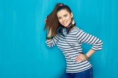 Muchacha hermosa con estilo de pelo de la cola con los auriculares Foto de archivo libre de regalías