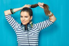 Muchacha hermosa con estilo de pelo de la cola con los auriculares Fotografía de archivo libre de regalías