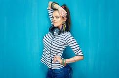 Muchacha hermosa con estilo de pelo de la cola con los auriculares Imagen de archivo