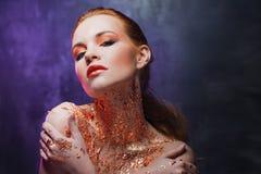 Muchacha hermosa con imagen creativa con la hoja de oro en el cuello Azul y tono púrpura Foto de archivo libre de regalías