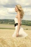 Muchacha hermosa con la alineada atractiva blanca Foto de archivo libre de regalías