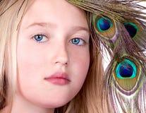 Muchacha hermosa con la alineada de la pista de la pluma del pavo real Fotografía de archivo libre de regalías