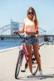 Muchacha hermosa con la bici Foto de archivo