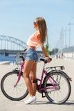 Muchacha hermosa con la bici Fotografía de archivo