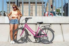 Muchacha hermosa con la bici Imagenes de archivo