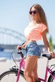 Muchacha hermosa con la bici Imágenes de archivo libres de regalías