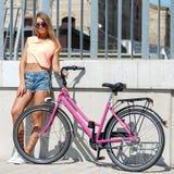 Muchacha hermosa con la bici Foto de archivo libre de regalías