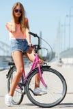 Muchacha hermosa con la bici Fotografía de archivo libre de regalías